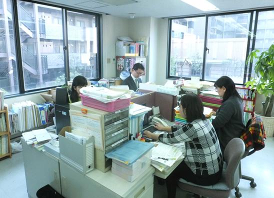 コンボのオフィスの一角。「こころの元気+」編集作業中!