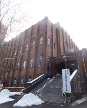会場の日比谷公会堂。前日の大雪で辺りは深く積雪していました