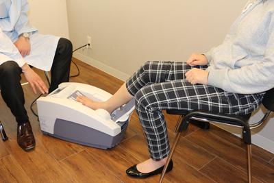 骨密度測定の様子。健康への意識を高め、トクホモニターへの参加を促す
