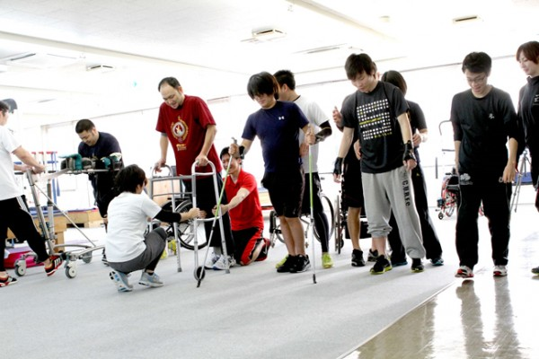 様々な障害レベルに合わせ適切なデバイスを選定し、安全かつ積極な歩行トレーニングを行っている様子。