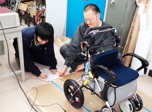 福祉機器の制作に、指導を受けながら学生が携わる