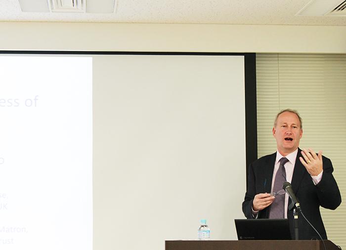 アドミラル・ナースについてイギリスの現状と課題、展望を話してくれたイアン・ウェザーヘッド氏。