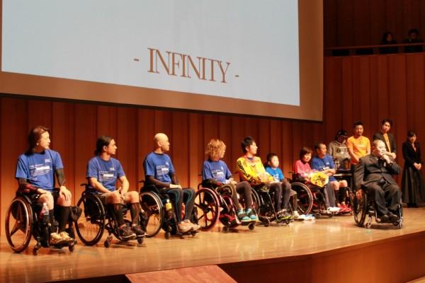 脊髄損傷者による歩行披露「Know No Limit」